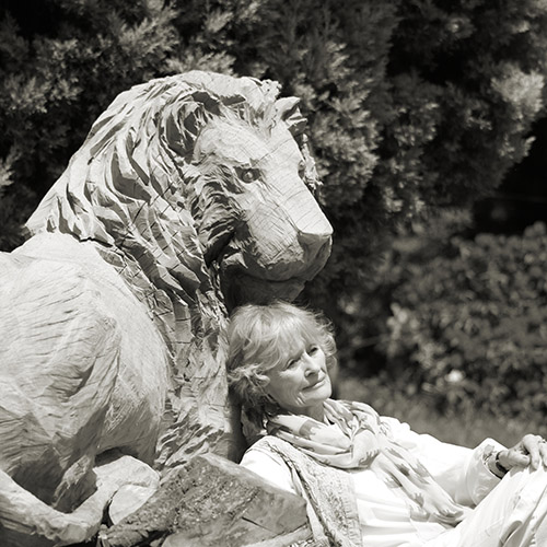Virginia McKenna with the carved lion c Maria Slough Virginia McKenna with the carved lion (c) Maria Slough